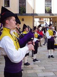 フォンタン広場で民族楽器を吹く若者
